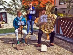 Mai-Lieder Spielen fünftes Balkonkonzert in der Löwenstraße Tennenbronn